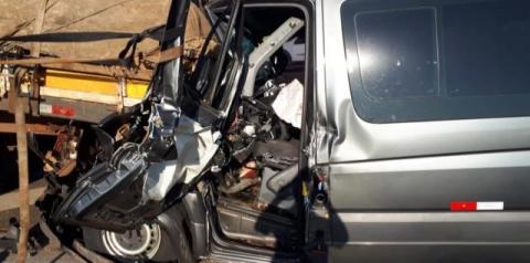Motorista de van morre após bater em caminhão em Americana