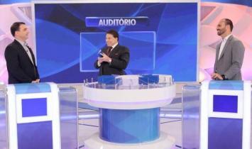 Silvio Santos recebe Flávio e Eduardo Bolsonaro no 'Jogo das Três Pistas'
