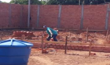 Prefeito é afastado por construir casa usando secretários como pedreiro