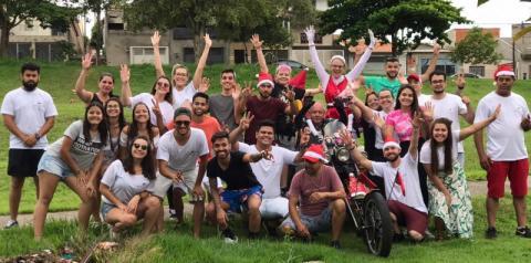 Grupo de voluntários recebe doações para Campanha Natal Solidário