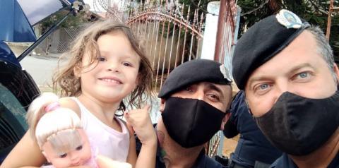 Guardas Municipais de Limeira fazem supresa e presenteiam menina com boneca