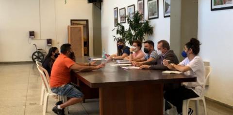 Prefeito de Nova Odessa monta uma mesa para atender a população pessoalmente