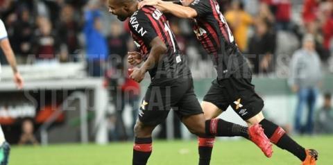Atlético-PR vira e massacra Chapecoense na estreia no Brasileirão