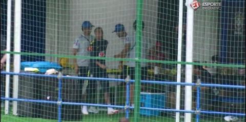 Neymar deixa o treino da seleção brasileira mancando e preocupa