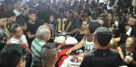 Com 'Parabéns pra você', vítima de incêndio é enterrada no dia que faria 15 anos