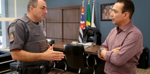 Prefeito homenageia PM que salvou criança engasgada em Nova Odessa