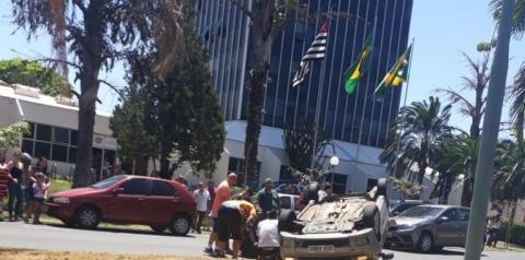 Carro é 'fechado' por outro e capota em frente a Prefeitura de S.Bárbara