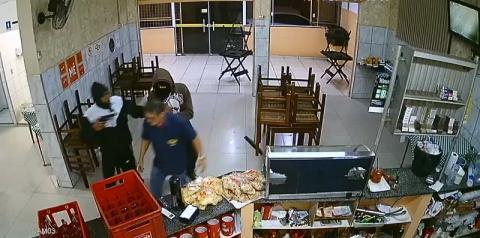 Comerciante leva coronhada em olho durante assalto