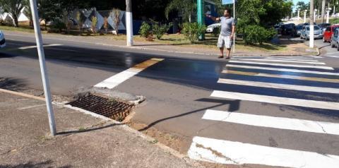 Óleo na Avenida Brasil oferece risco a motoristas e pedestres