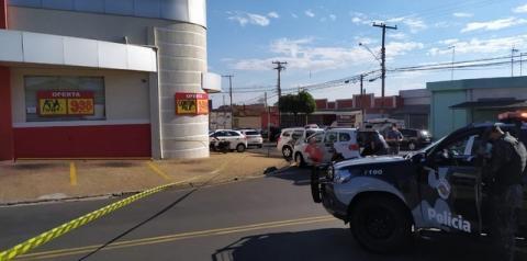 Bandidos colocam bomba em caixa eletrônico de supermercado