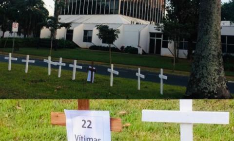 Prefeitura de S. Bárbara tem protesto pelas vítimas fatais de Covid-19