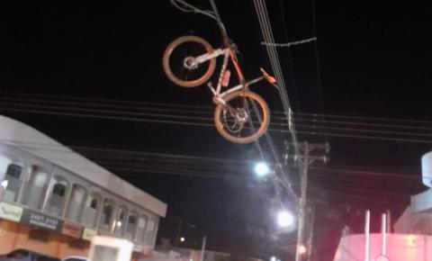 Acidente de trânsito na Iacanga faz com que bicicleta fique pendurada em fiação elétrica