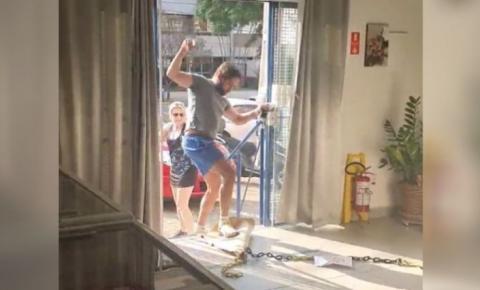 Homem se recusa a usar máscara, ofende atendente e quebra objetos em sorveteria