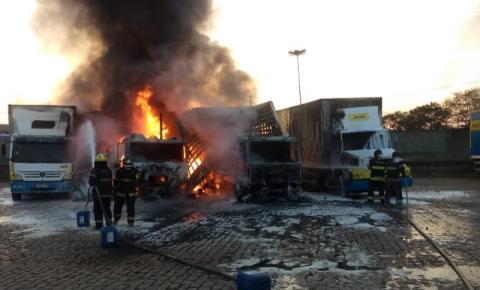 Carretas pegam fogo em transportadora de Nova Odessa