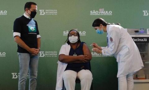 Enfermeira da linha de frente é a primeira brasileira vacinada