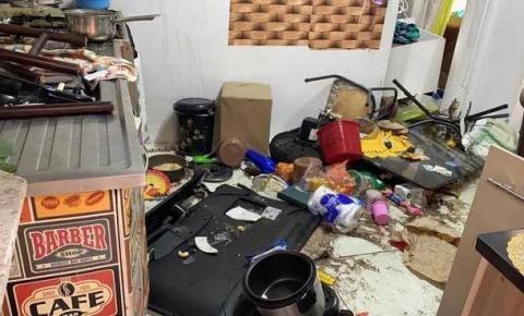 Casa da família de criança torturada é depredada por vizinhos