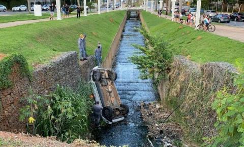 Carro cai em córrego da Avenida Brasil neste domingo