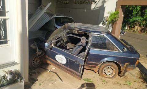 Adolescente perde controle de carro e atinge garagem de casa