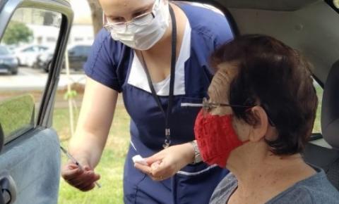 Professores, idosos e profissionais de saúde serão vacinados neste sábado em postos de drive-thru
