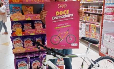 Vendedor de balas no semáforo realiza sonho e ganha bicicleta em sorteio de loja