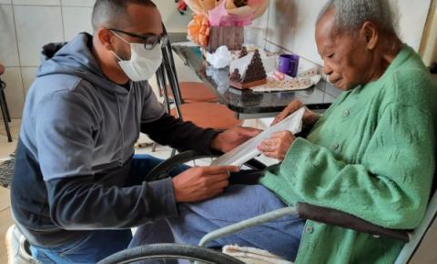 Vereador entrega moção de aplausos a Dona Lazinha pelo seu centenário