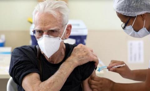 Covid-19: Rio começa a aplicar terceira dose em idosos em setembro