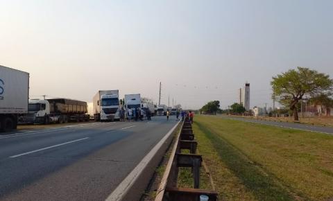 Caminhoneiros desbloqueiam Rodovia Anhanguera
