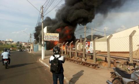Fábrica de colchões pega fogo em Sumaré