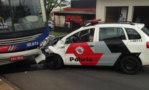 Viatura da PM bate de frente com ônibus em Sumaré