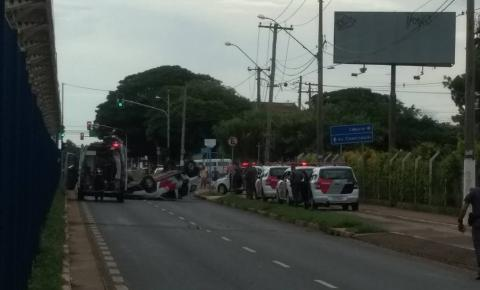 Viatura capota em acidente e policial fica ferida em Hortolândia