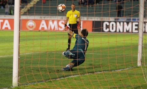 Vasco é goleado, mas Martín Silva brilha nos pênaltis e garante classificação