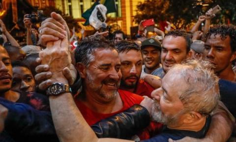 Manifestantes jogam ovos e pedras em caravana de Lula neste domingo