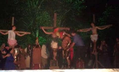 Homem invade palco e dá golpe de capacete para salvar 'Jesus' em peça teatral; veja o vídeo