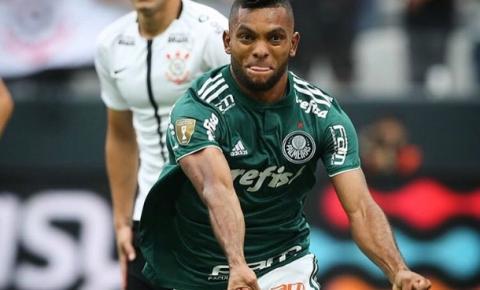Em clássico violento, Palmeiras vence Corinthians e fica perto do título