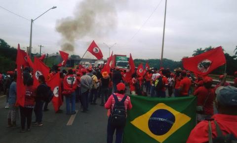 Contra prisão de Lula, MST fecha trecho da Fernão Dias em SP