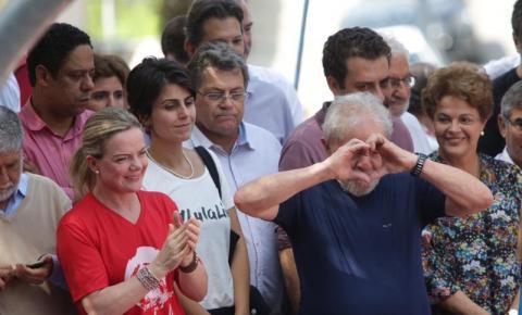 Cela com TV e banho quente espera por Lula em Curitiba
