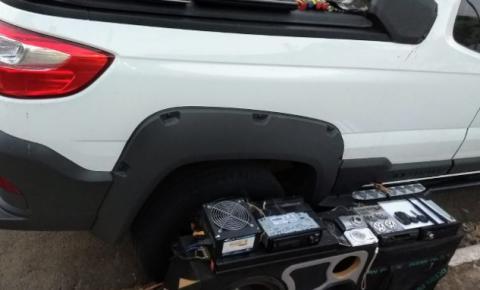 Motorista de carro roubado tenta atropelar policial e vai preso em S. Bárbara
