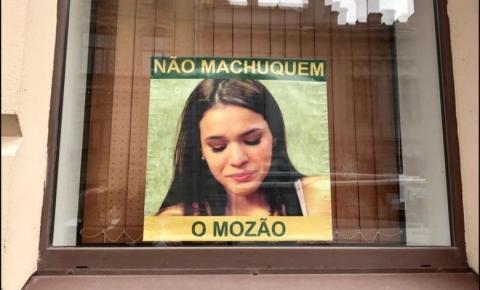 'Não machuquem o mozão', diz cartaz com foto de Bruna Marquezine