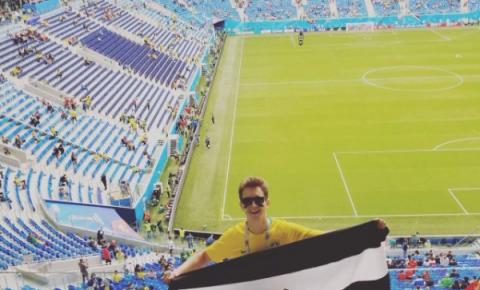 Torcedor do Rio Branco leva bandeira do time na Copa do Mundo