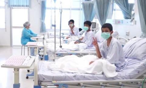 Hospital divulga imagens de garotos resgatados de caverna inundada na Tailândia