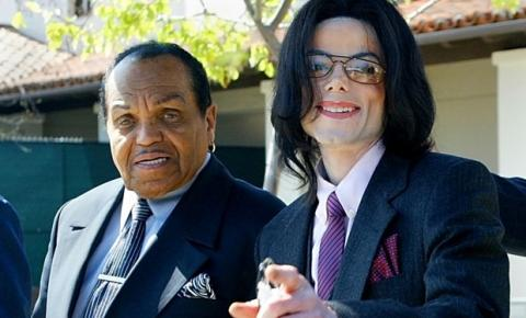 Médico de Michael Jackson diz que cantor foi quimicamente castrado pelo pai