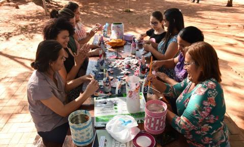Projeto Férias no Parque ensina artesanato com garrafas de vidro