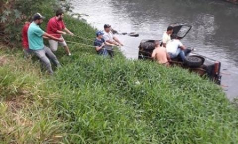 Carro cai no Ribeirão Quilombo em Nova Odessa
