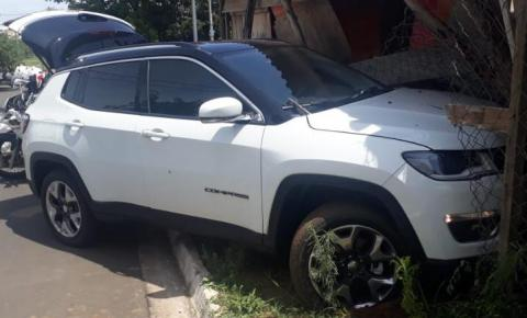 Homem bate carro roubado e é baleado após trocar tiros com a polícia