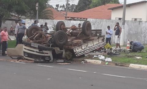 Caminhão carregado de bebidas tomba em Hortolândia