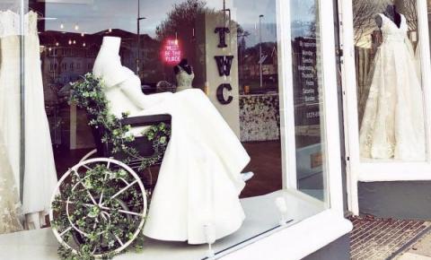 Loja de noivas coloca manequim em cadeira de rodas