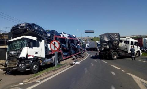Caminhões colidem e derrubam poste em Sumaré