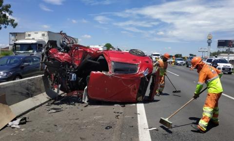 Carros batem de frente em acidente em pista de Sumaré