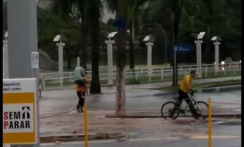 Coletores de lixo salvam ciclista durante enchente na Av.Brasil em Americana