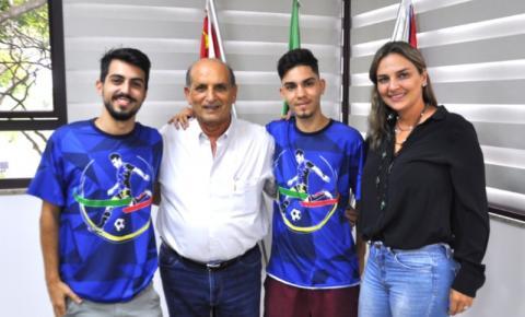 Prefeito Omar recebe João Victor e Denis Dias organizadores da Copa Terceirão